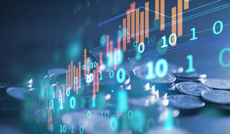 Börsenkurse und Münzen in hellblau leuchtender Schrift - bildlich für Finanzen